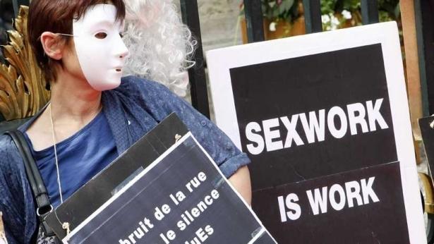 مومسات فرنسا يتظاهرن للاحتجاج على مشروع قانون يجرم زبائن الدعارة