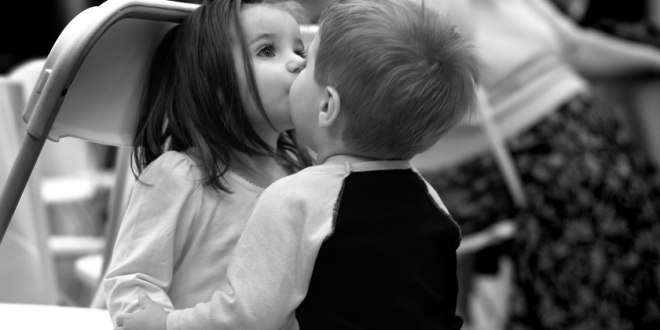 علماء بريطانيون: القبلة تحافظ على الود وتفحص صحة الشريك…