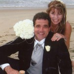قصة حب تحدت المرض: ثنائي يحتفلان بزفافهما للمرة الـ18 على التوالي