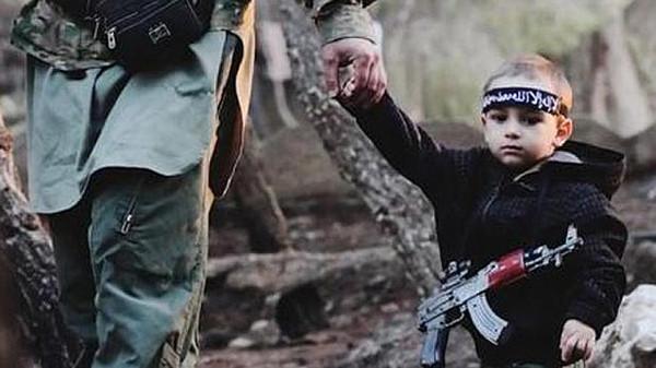 """أم تعثر على طفلها المفقود منذ عام بصفوف """"داعش"""""""