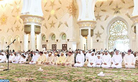 أمير المؤمنين يؤدي صلاة الجمعة رفقة الشيخ محمد بن زايد آل نهيان ولي عهد أبوظبي بمسجد الشيخ زايد الكبير.