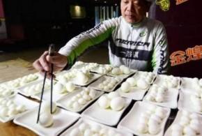 صيني يأكل 160 بيضة في دقائق.