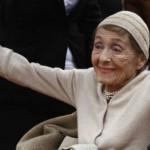 وفاة الممثلة الأمريكية لويز عن عمر يناهز 104 سنة.