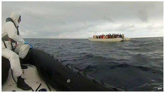 خفر السواحل الإيطالية ينقذون ألفي مهاجر أمام سواحل ليبيا.