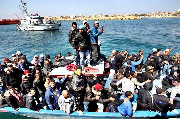 مخاوف من مقتل المئات في غرق مركبي مهاجرين بالمتوسط.