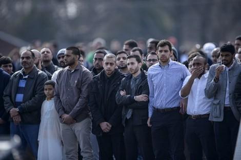 الآلاف يشيعون جثامين ثلاثة مسلمين في نورث كارولاينا.