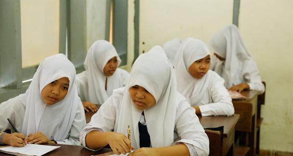 """""""اندونيسا"""" تشترط خوض الفتيات لكشف """"العذرية"""" قبل دخولهن للامتحان."""