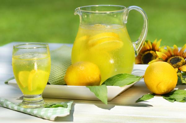 مشروبات مثلجة للتغلب على حر الصيف.
