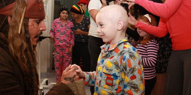 """""""صانع البهجة"""" جوني ديب يرسم البسمة على وجوه الأطفال المرضى.. شاهد الصور"""
