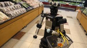 روبوت يتحرك في محل لبيع الخضار في أثناء تجريبه في التسوق