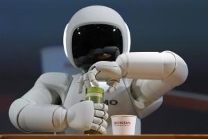 روبوت يفتح سدادة القارورة ليسكب الشراب في الكأس