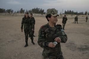 طالبات أكاديمية النساء العسكرية يتدربن على رمي قنابل يدوية
