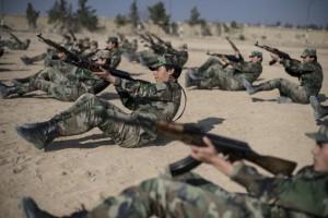 طالبات أكاديمية النساء العسكرية يتدربن على استخدام السلاح