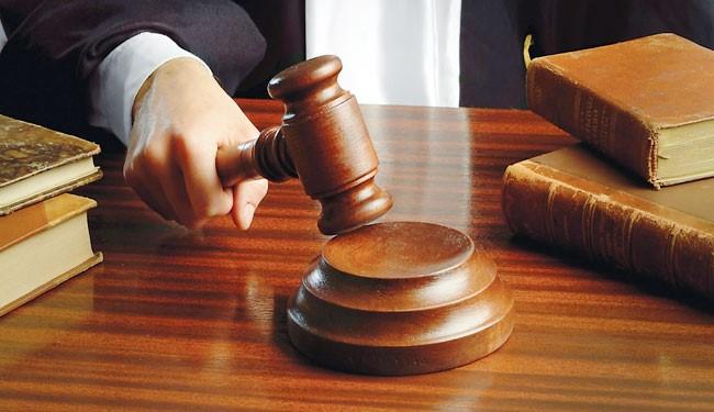 قاضي محكمة يخلع ثوبه ويعتقل مدعى عليه رفض تنفيذ أوامره