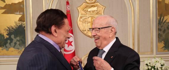 """""""سيجارة"""" عادل إمام تُغضب تونسيين.. والسبسي يقلّده"""