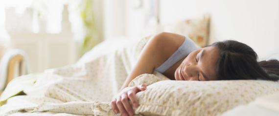 أوضاع خاطئة في النوم تتسبب في ترهل الثدي ومشكلات بالرحم.. تجنبيها