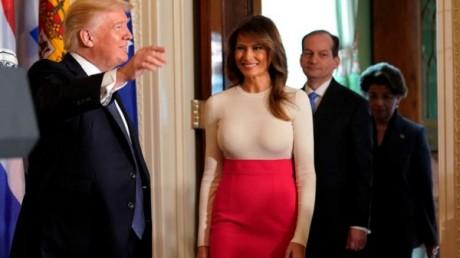 """ميلانيا ترامب بـ""""لوك"""" جديد جريء لا يتناسب مع البيت الأبيض"""