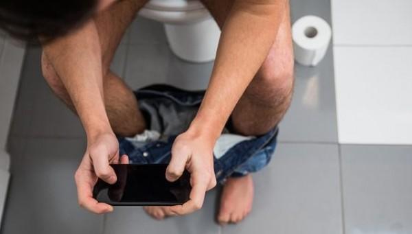 جلس في المرحاض يلعب بهاتفه المحمول حتى كاد يفقد أمعاءه