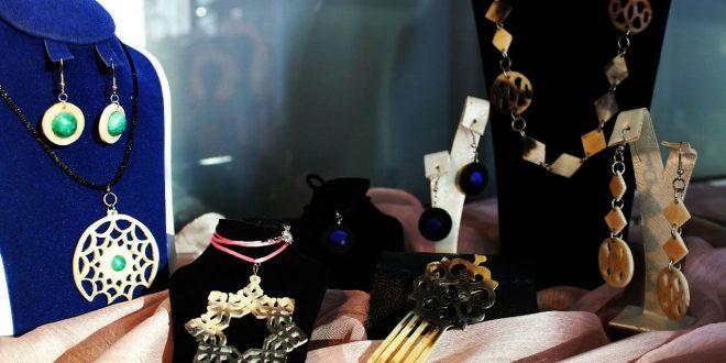 سكينة السباعي تخلق من قرون الحيوانات مجوهرات راقية