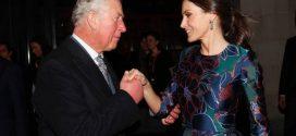 الأمير تشارلز يحدث ضجة بقبلته لملكة إسبانيا