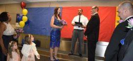 """تزوجا في المطار والسبب """"غريب"""""""