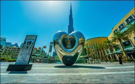 نسخة أضخم من تمثال  LOVE ME تزين وسط مدينة دبي