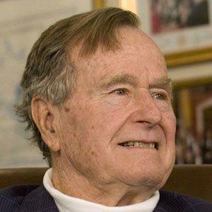حاج أمريكي يلفت الأنظار بسبب شبهه من جورج بوش الأب