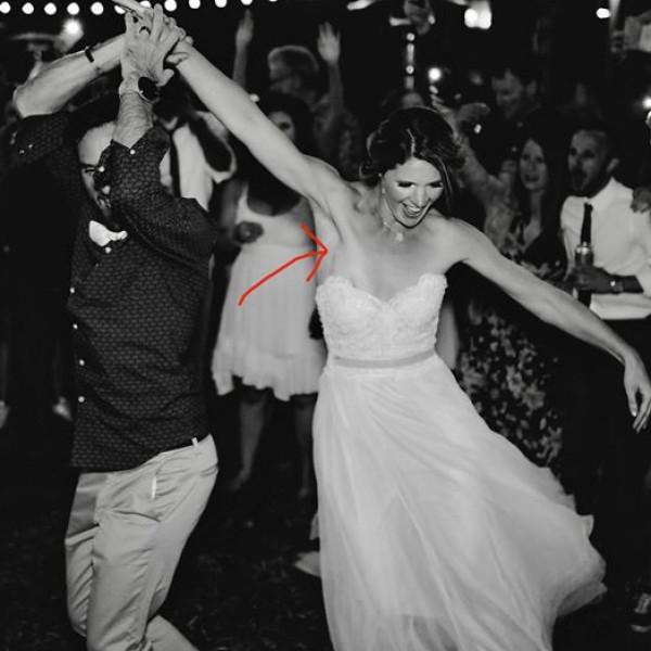 صورة من حفلة زفاف تكشف مفاجأة غير سارة للعروس