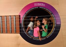 لجذب الزوار..  متحف وينشستر يُنشئ جيتار طوله 10 أمتار